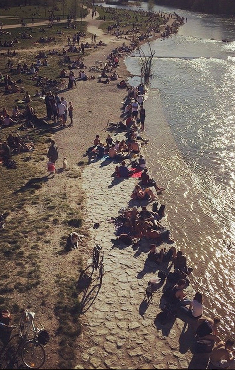 People on the banks of the Isar - Munich - Wahlmünchnerin