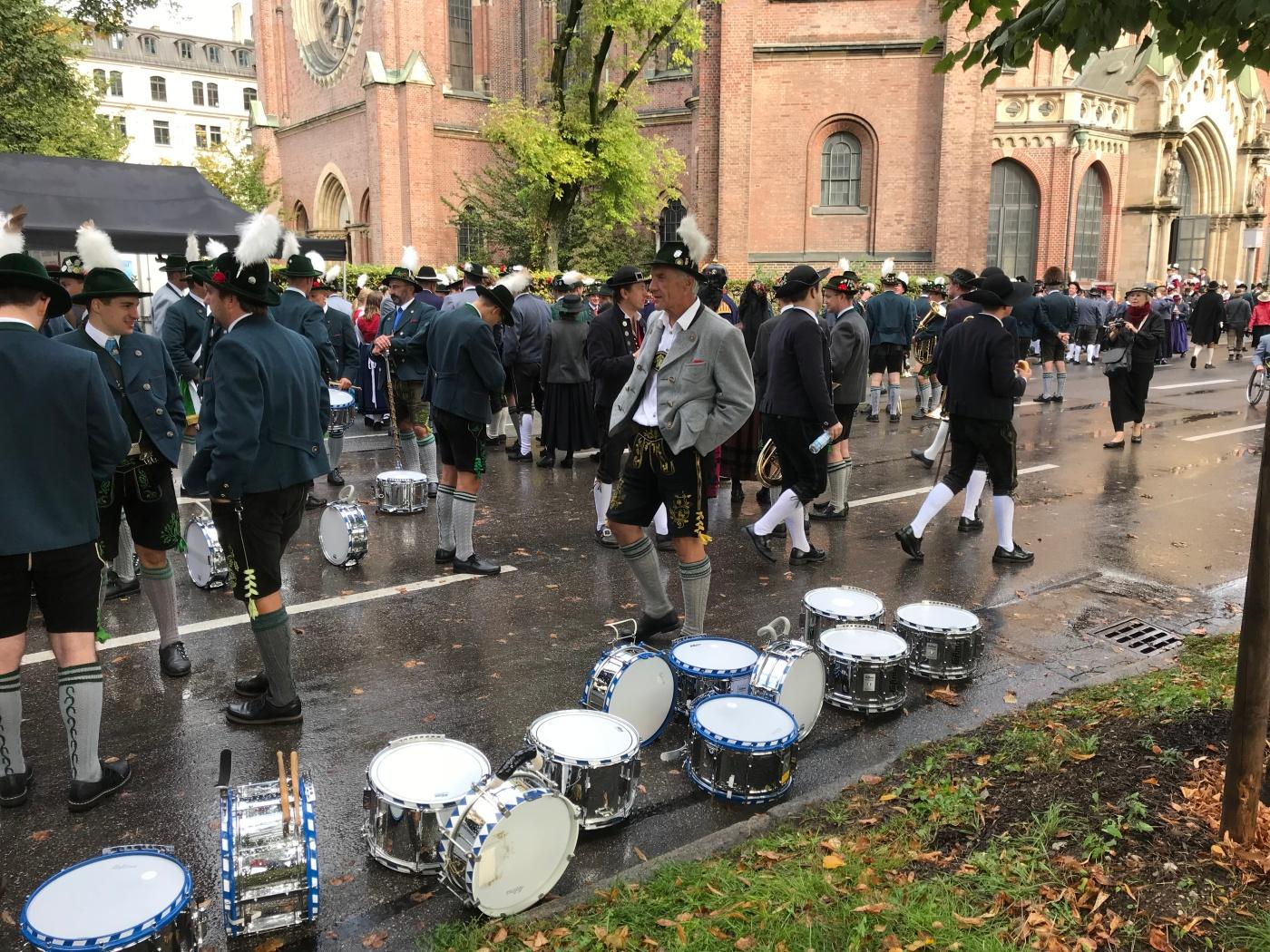 Trachten- und Schützenzug - Munich - Octoberfest 2018 - Wahlmünchnerin - Man Waiting by Drums